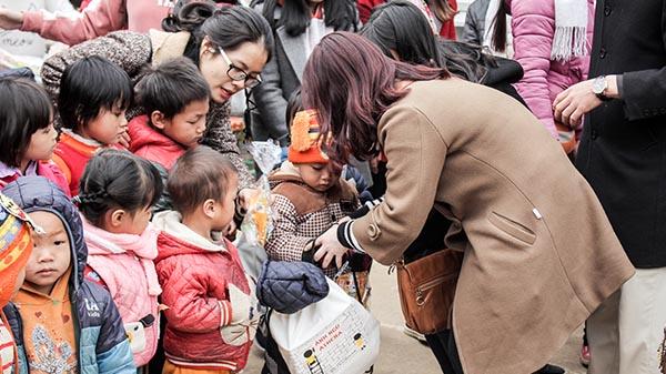 Cô Vân Anh trao quà cho các bé